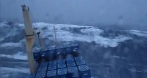 Πλοίο σε θύελλα στον βόρειο Ατλαντικό [video]