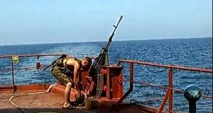 Προετοιμασία με βαρύ οπλισμό για τους Σομαλούς πειρατές [video]