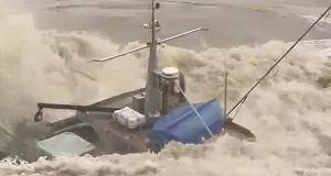 Αλιευτικό δίνει μάχη με τα κύματα κατά τη διάρκεια επικής πλημμύρας! [video]