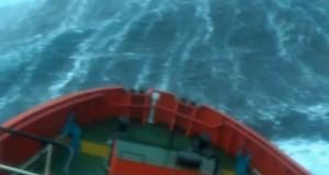 Πλοίο σε καταιγίδα εντάσεως 100 κόμβων! [video]