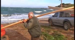 Τόνοι ξυλείας στην θάλασσα από φορτηγό πλοίο [video+pics]