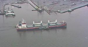 Προσάραξη φορτηγού πλοίου στον ποταμό Elizabeth των ΗΠΑ[vid+pics]