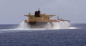 Πυροβολισμοί προς πετρελαιοφόρο στο Στενό του Όρμουζ