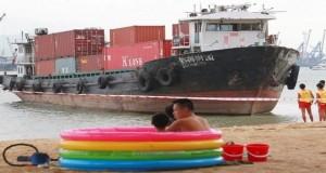 Φορτηγό πλοίο πήγε… για ηλιοθεραπεία στο Χονγκ Κόνγκ