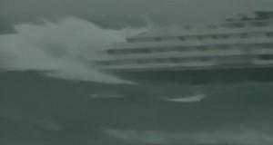 ΤΡΟΜΕΡΟ ΒΙΝΤΕΟ: Κρουαζιερόπλοιο σφυροκοπείται ανελέητα από την άγρια θάλασσα!
