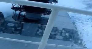 «Μάχη» φορτηγού πλοίου με τεράστια κύματα! [video]