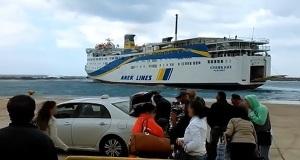 Στο λιμάνι της Κάσου με κακοκαιρία – Μόνο αν είσαι Έλληνας το δένεις! [vid]