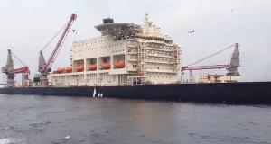 Μοναδικό πλοίο με ανυψωτική ικανότητα 48,000 τόνους και πλάτος 124 μέτρα! [video]