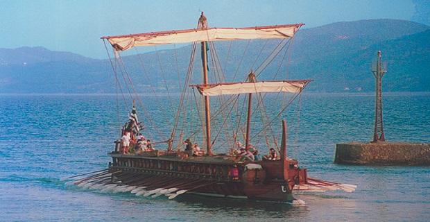 Αρχαία Τριήρης προσεγγίζει την Κόρινθο. Πιστό αντίγραφο Αθηναϊκού πλοίου σε σύγχρονη αναπαράσταση.