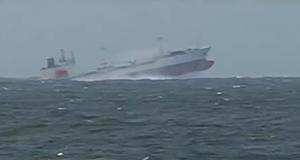 Πλοίο σηκώνεται κυριολεκτικά στον αέρα από τα κύματα [video]