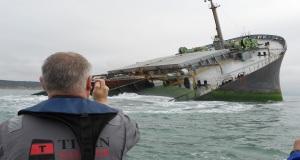 Εντυπωσιακές φωτογραφίες από την επανάπλευση της πλώρης προσαραγμένου φορτηγού πλοίου