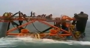 Πλατφόρμα εξόρυξης πετρελαίου βυθίζεται μαζί με τους εργάτες (video)