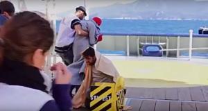 Βίντεο Σοκ: Λιμενικοί στη Σάμο αναγκάζουν Τούρκο δουλέμπορο να δει τα πτώματα τριών παιδιών!
