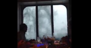 Άντε να φας τώρα με τέτοιες συνθήκες… Και μετά σου λένε ότι είναι εύκολο το επάγγελμα του ναυτικού (βίντεο)