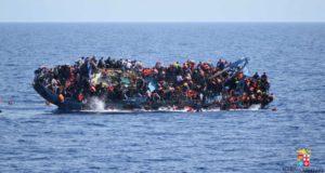 Βίντεο-σοκ από την ανατροπή σκάφους γεμάτου μετανάστες στη Λιβύη (video)