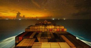 Οι έναστρες νύχτες πάνω σε ένα containership (video)