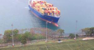 Όταν ένα containership βγαίνει στη… σέντρα (video)