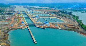 Βίντεο από drone δείχνει την διέλευση containership από τη διώρυγα του Παναμά (video)