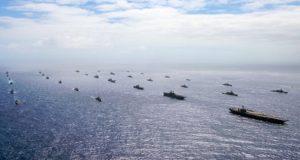 40 πολεμικά πλοία και υποβρύχια πλέουν σε τέλειο σχηματισμό (video)