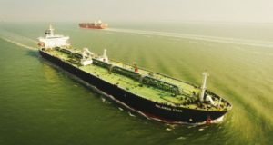 """Δείτε τα εντυπωσιακά video από ένα drone που """"κυνηγάει"""" containerships (video)"""