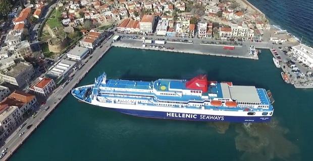 Η μανούβρα του «Νήσος Σάμος» στο λιμάνι της Χίου μέσα από την κάμερα ενός drone (ΒΙΝΤΕΟ)
