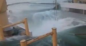 Απίστευτο! Πλοίο βουλιάζει κατά την διάρκεια εργασιών φορτοεκφόρτωσης [βίντεο]