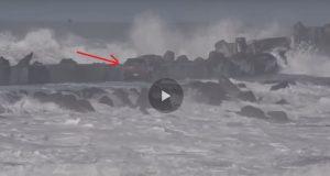 Διέσχισε την προβλήτα με το αμάξι του και παραλίγο να πνιγεί- με ελικόπτερο διασώθηκε! [βίντεο]