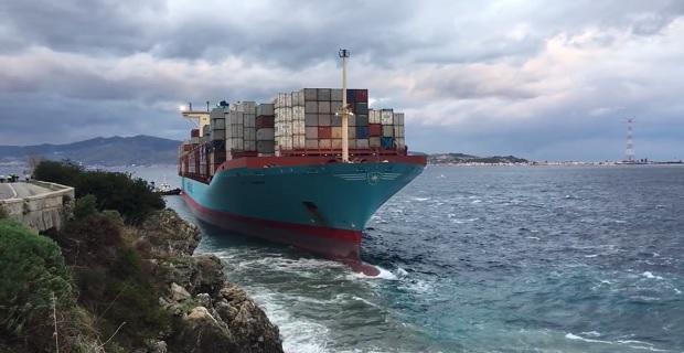 Αποκολλήθηκε το πλοίο container που προσάραξε στο στενό της Μεσίνα- Δείτε το βίντεο με το προσαραγμένο πλοίο