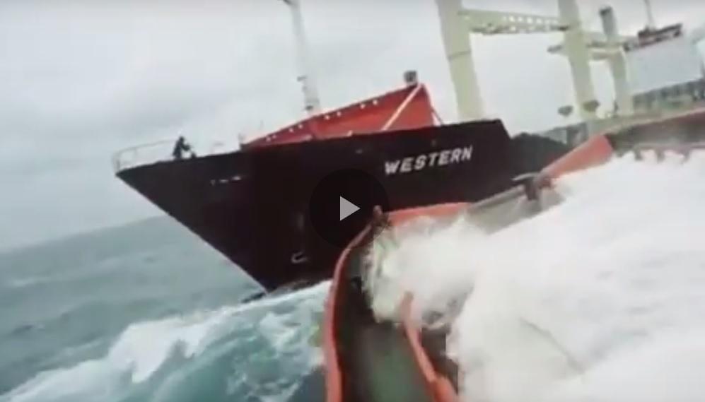 Προσπάθεια ρυμούλκησης πλοίου εν μέσω κακοκαιρίας [βίντεο]