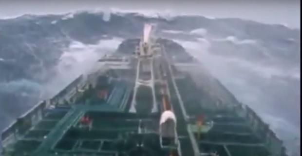 Συγκλονιστικό βίντεο: Πλοίο παλεύει με την αφηνιασμένη θάλασσα