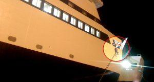 Μετανάστης αιωρείται κρεμασμένος από τον κάβο του πλοίου «Αριάδνη»[βίντεο]