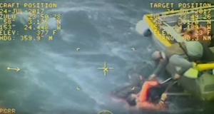 Καπετάνιος αλιευτικού σκάφους πηδάει στα παγωμένα νερά της Αλάσκας για να σώσει συνάδελφο του (video)