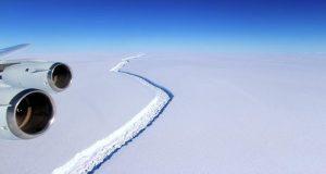 Ανησυχία στην παγκόσμια ναυτιλία για το γιγάντιο παγόβουνο που αποκολλήθηκε (video)