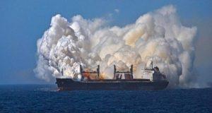 Δείτε τι συμβαίνει όταν καίγεται πλοίο φορτωμένο με λίπασμα