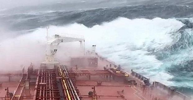 ΒΙΝΤΕΟ: Δεξαμενόπλοιο έπεσε σε σφοδρή καταιγίδα στα ανοικτά της Ισλανδίας!