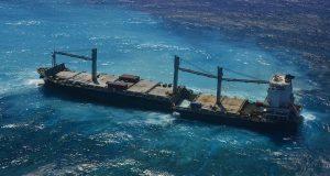 Το προσαραγμένο στη Νέα Καληδονία Kea Trader χωρίστηκε στα δύο