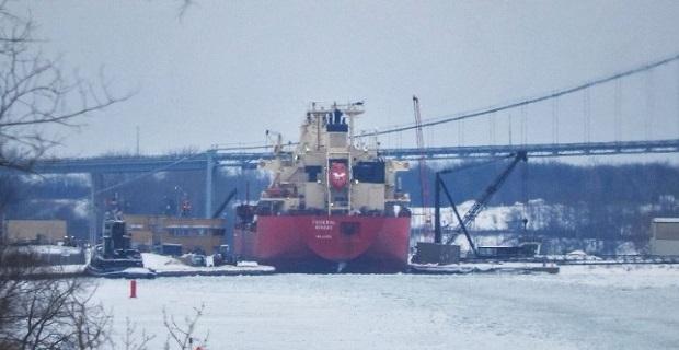 Φορτηγό πλοίο κόλλησε λόγω πάγου στο St. Lawrence (photos)
