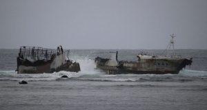 Εγκαταλελειμμένο σκάφος έσπασε στα δύο εν μέσω τυφώνα