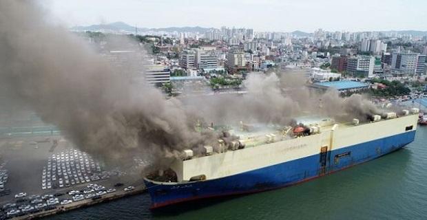 Πυρκαγιά σε πλοίο μεταφοράς αυτοκινήτων [βίντεο]