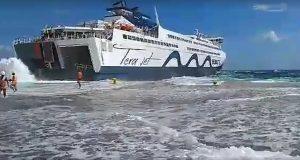 ΒΙΝΤΕΟ: Παλεύοντας με τα κύματα στο λιμάνι της Τήνου!