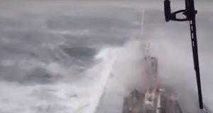 Τρόμο προκαλεί όταν βλέπεις ένα πλοίο να δίνει μάχη με τεράστια κύματα σε σφοδρές καταιγίδες!