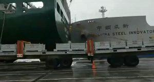 Βίντεο: Κινέζικο φορτηγό πήρε παραμάζωμα κοντεινερσιπ που βρισκόταν δεμένο