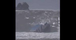 ΒΙΝΤΕΟ: Τεράστιο κύμα χτυπά και αναποδογυρίζει βάρκα!