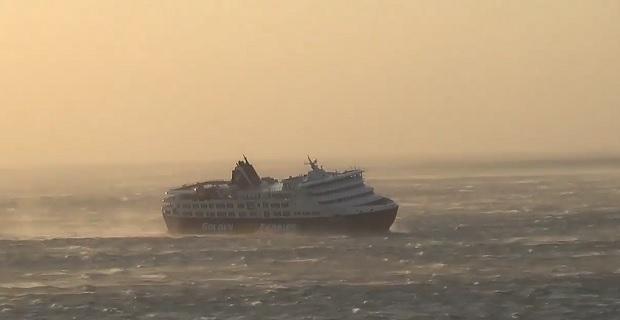ΒΙΝΤΕΟ: Το Superferry μπαίνει στο λιμάνι της Τήνου με ανέμους 10 μποφόρ