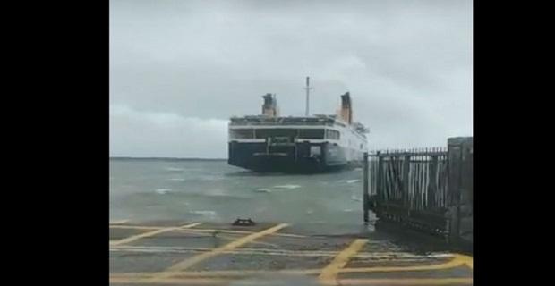 Με βοήθεια ρυμουλκού έδεσε το πλοίο της γραμμής στο Ηράκλειο[βίντεο]