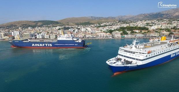 Οι ελιγμοί του φορτηγού πλοίου Πελαγίτης και του επιβατηγού πλοίου Διαγόρας στο λιμάνι της Χίου (vid)