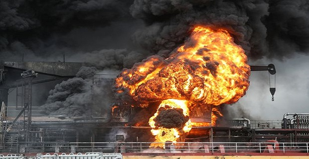 Ισχυρή έκρηξη σε δεξαμενόπλοιο – Συγκλονιστικές οι εικόνες από τα βίντεο